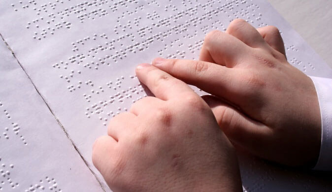 «Книжки дотику» для малечі. черкаси, незрячий, порушення зору, слабозорий, тактильна книжка, handwriting, hand, nail, document. A close up of a piece of paper