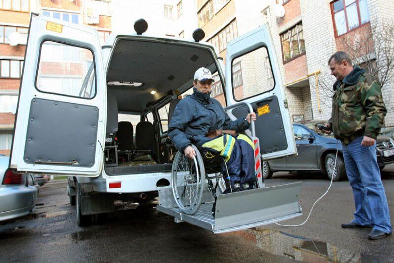 В Мариуполе в этом году может появиться социальное такси. мариуполь, инвалид, ограниченными возможностями, социальное такси, специальные автомобили, road, outdoor, car, person, vehicle, land vehicle, wheel, auto part, van. A man riding on the back of a truck