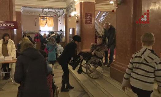 Відвідуєте драмтеатр без перешкод? Як потрапляли на виставу діти на візочках? (ВІДЕО)