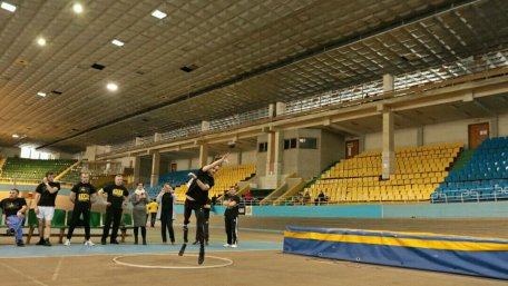 У Львові відбулося тестування кандидатів на участь у міжнародних іграх для поранених військових (ФОТО). ігри інвіктус, львів, змагання, поранені бійці, спортивне тестування, ceiling, indoor, person, sport, sport venue. A group of people on a court