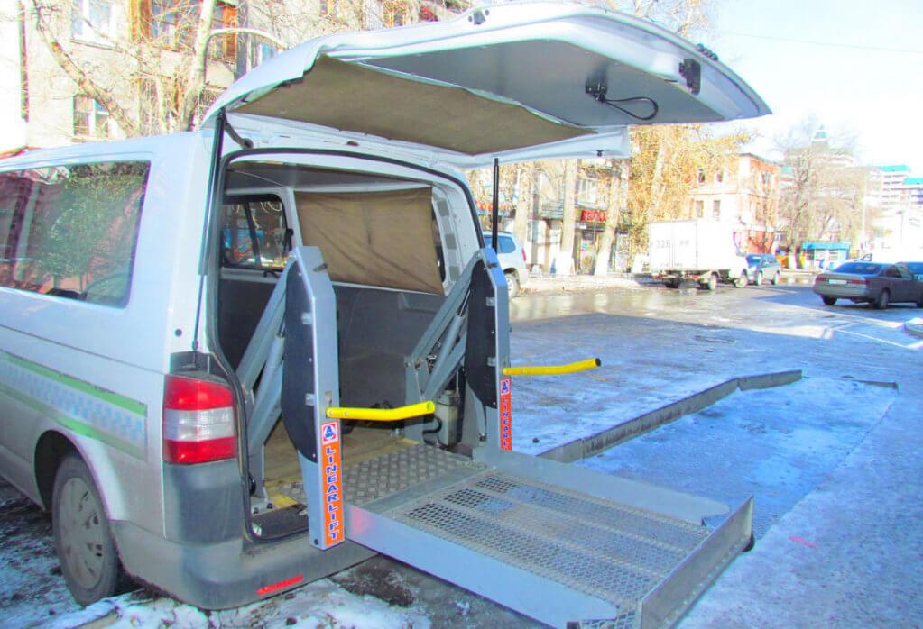 Експеримент КНК: таксі для людей з інвалідністю працює лише «на папері». київ, маломобільний, соціальне таксі, інвалід, інвалідність, vehicle, land vehicle, outdoor, car, wheel, auto part, van. A car parked in a parking lot