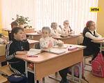 У столичній школі особливі діти навчаються разом зі здоровими (ВІДЕО). київ, навчання, особливі діти, інклюзивна школа, table, floor, indoor, furniture, person, desk, clothing, human face, chair, toddler. A group of people sitting at a table