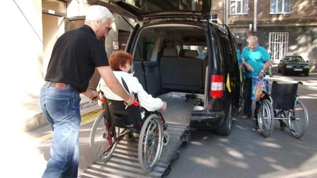 У Запоріжжі пропонують створити соціальне таксі. запоріжжя, обмеженими можливостями, петиция, соціальне таксі, інвалід, road, person, bicycle, land vehicle, outdoor, wheel, riding, vehicle, wheelchair, transport. A person riding a bicycle on a city street