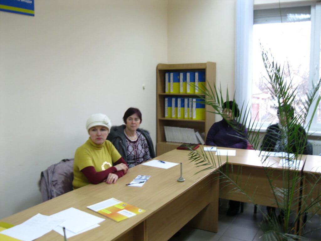 У Новоукраїнці відбулась ділова зустріч – результат – двоє матимуть роботу. новоукраїнка, працевлаштування, центр зайнятості, інвалід, інвалідність, indoor, wall, table, desk, classroom, furniture, book, person, computer, library. A person sitting at a table