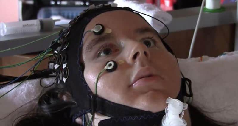Вчені знайшли ключ до розуміння думок паралізованих людей. «синдром замкненої людини», вчені, думки, нейрочип, паралізовані люди, indoor, person, face, human face, eyes. A close up of a woman wearing glasses and smiling at the camera