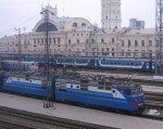 В харьковских поездах пересчитали необычных пассажиров. южд, маломобильный пассажир, особыми потребностями, специальный вагон, спецобслуживание, outdoor, sky, train, vehicle, blue, city, land vehicle. A blue and white train sitting on the side of a building