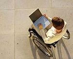 Відкрито реєстрацію на безкоштовний онлайн-курс з JAVA-програмування для людей з інвалідністю. java-програмування, київ, відеокурс, онлайн-навчання, інвалідність, person, clothing. A man standing in front of a computer