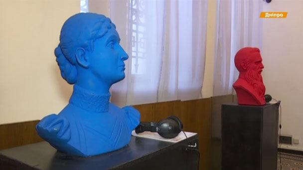 Незрячим показали Шевченка та Нігояна (ВІДЕО). дніпро, виставка, незрячі, скульптури, шрифт брайля, indoor, wall, statue, person, human face. A person in a blue room