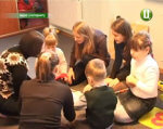 Діти-аутисти: чи можлива інклюзивна освіта на Хмельниччині? (ВІДЕО). хмельниччина, аутизм, діти-аутисти, педагог-дефектолог, інклюзивна освіта, indoor, person, clothing, human face, woman, man, smile, group, girl. A group of people in a room