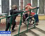 По Одессе – в инвалидной коляске (ВИДЕО). одесса, инвалид, колясочник, ограниченными возможностями, інфраструктура, person, clothing. A person standing in front of a building