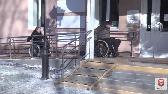 Життя на інвалідному візку (ВІДЕО). вінниця, доступність, людина, толерантність, інвалідний візок, wheel, tire, land vehicle, bicycle. A building with a metal bench