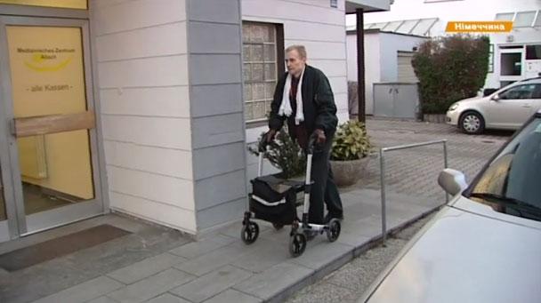 Працевлаштування та коляски на будь-який вибір – як інваліди живуть в Європі. німеччина, незрячий, пандус, інвалід, інвалідність, outdoor, footwear, wheel, clothing, person, land vehicle, bicycle, tire, man, wheelchair. A man standing in front of a building