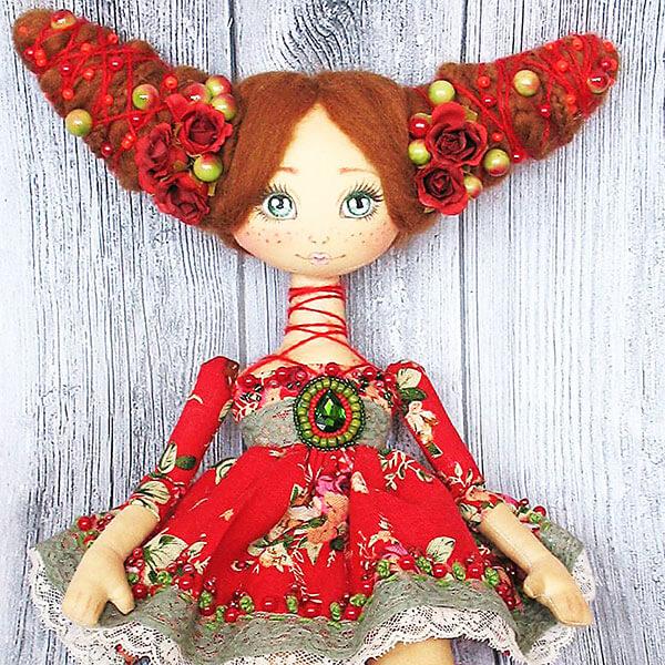 "Илона Слуговина: ""На первую сделанную мной мягкую игрушку нельзя было смотреть без слез"". илона слуговина, выставка, кукла, спортсменка, танцы, cartoon, red, drawing, human face, flower, wooden, handmade, fashion, fashion accessory, doll. A red stuffed toy on a wooden table"