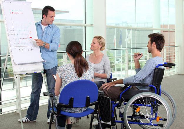 Близько 10 осіб, які мають інвалідність, проходили навчання за сприяння служби зайнятості. кіровоградська область, навчання, працевлаштування, служба зайнятості, інвалідність, person, wheelchair, clothing, chair, woman, furniture, cart. A group of people looking at a laptop