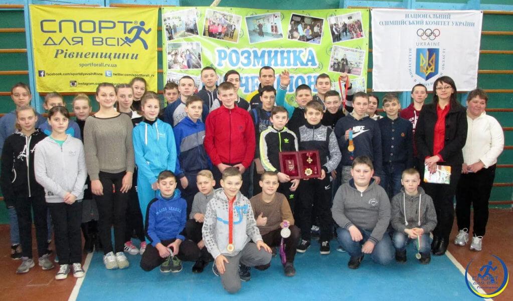 Діти на Костопільщині поспілкувалися з паралімпійцем. ігор косенко, дцп, паралімпиєць, футбол, інвалід, person, posing, clothing, smile, group, human face, floor, boy, standing, people. A group of people posing for a photo