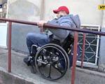 Доступність у реальності – факти з життя інвалідів Одеси (ВІДЕО). одеса, доступність, обмеженими можливостями, пандус, інвалід, outdoor, wheel, person, wheelchair, cart, land vehicle, street, clothing, bicycle wheel, tire. A man in a cart