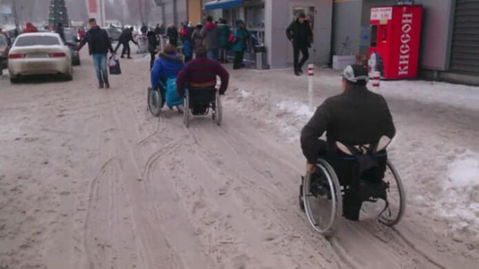 Снег стал настоящим испытанием для запорожских инвалидов (ВИДЕО)