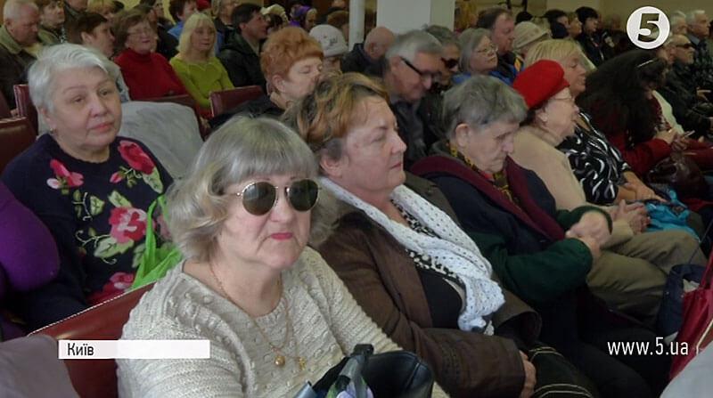 """""""Щоб не обпікати руки"""": У Мінсоцполітики просять розширити перелік засобів для орієнтування незрячих (ВІДЕО). мінсоцполітики, вади зору, незрячі, інвалід, інвалідність, person, human face, clothing, glasses, indoor, smile, woman, man, people, group. A group of people sitting at a table"""