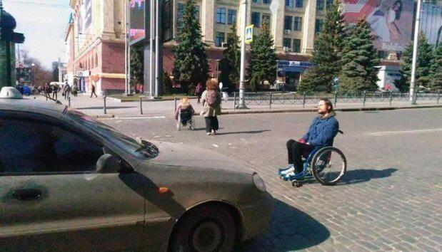 Одиночный протест. Харьковчанин на инвалидной коляске «перекрыл» дорогу. харьков, акция протеста, инвалид, недоступность, ограниченными возможностями