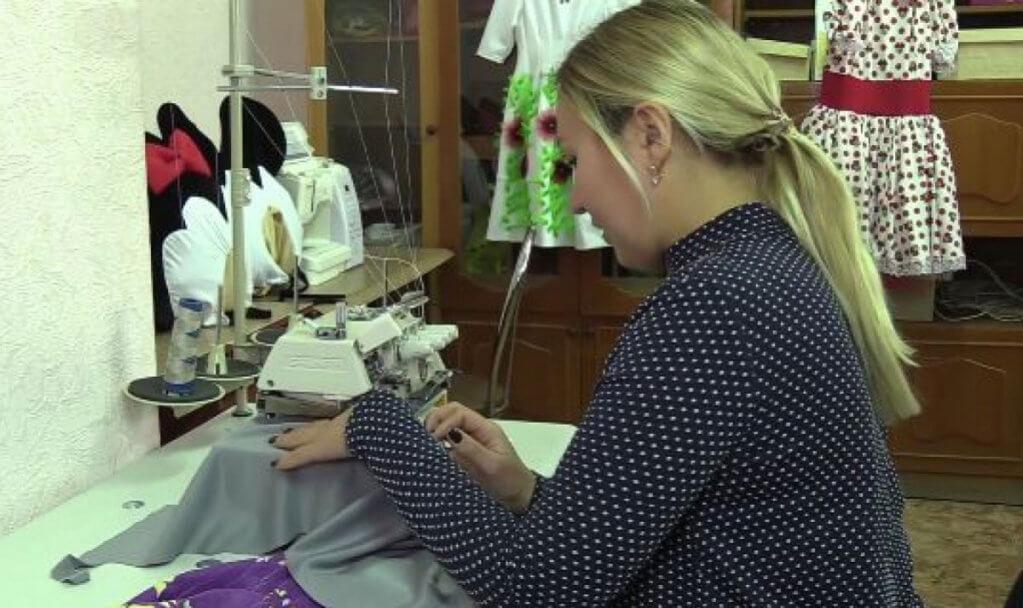 В Краматорске переселенцы с инвалидностью открывают свой бизнес (ВИДЕО). краматорськ, бизнес, инвалид, инвалидность, переселенец, person, woman, indoor, computer, clothing, lady. A woman sitting on a table
