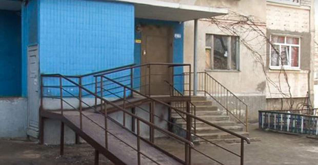 У житлових будинках Харкова встановлюють пандуси складної конструкції (ВІДЕО). харків, будинок, обмеженими можливостями, пандус, інвалід, building, stairs, window, architecture. The inside of a building