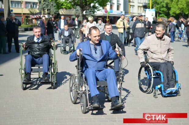 """Люди з інвалідністю подивилися, що змінилося в місті через рік після акції """"Чиновник на візку"""". івано-франківськ, доступність, обмеженими можливостями, пандус, інвалідність"""