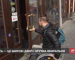 У Львові визначили п'ять кав'ярень, які доступні для людей з інвалідністю (ВІДЕО). дмитро щебетюк, доступно.ua, львів, кав'ярня, інвалідність, person, outdoor, screenshot, jacket, clothing. A person sitting at a bus stop