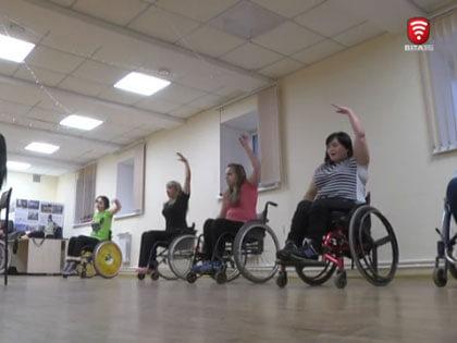 Ламбада на колесах (ВІДЕО). вінниця, танці, хореографічний гурток, інвалідний візок, інвалідність, indoor, ceiling, floor, wall, wheelchair, sports equipment, bicycle wheel, bicycle, wheel, disabled sports. A group of people standing in a room
