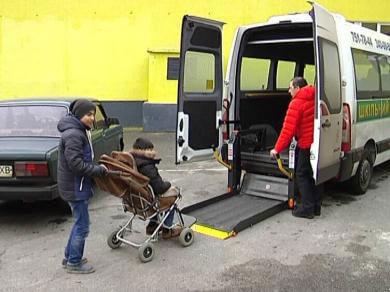 У кожному районі Харкова з'являться інклюзивні класи для особливих школярів (ВІДЕО). харків, инклюзивность, особливими потребами, інвалід, інклюзивна освіта, road, outdoor, vehicle, clothing, person, land vehicle, footwear, wheel, transport. A man standing next to a bus