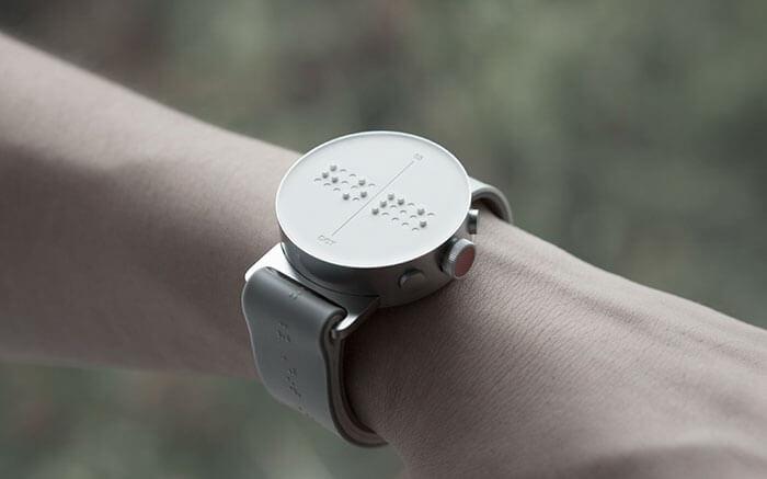 В Южной Корее разработали первые в мире «умные часы» для незрячих (ФОТО, ВИДЕО). инвалид, слабовидящий, слепой, умные часы dot, шрифт брайля, indoor, clock, watch, device, close, gauge. A close up of a device