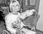Треба вірити в себе. наталія колесова, пандус, танці, інвалід, інвалідність, person, black and white, human face, clothing, smile. A girl holding a book