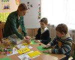 Аутист чи геній? Як в Україні навчають дітей з особливими потребами. київ, аутист, навчання, особливими потребами, школа, table, person, indoor, child, sitting, toddler, clothing, child art, boy, human face. A group of people sitting at a table