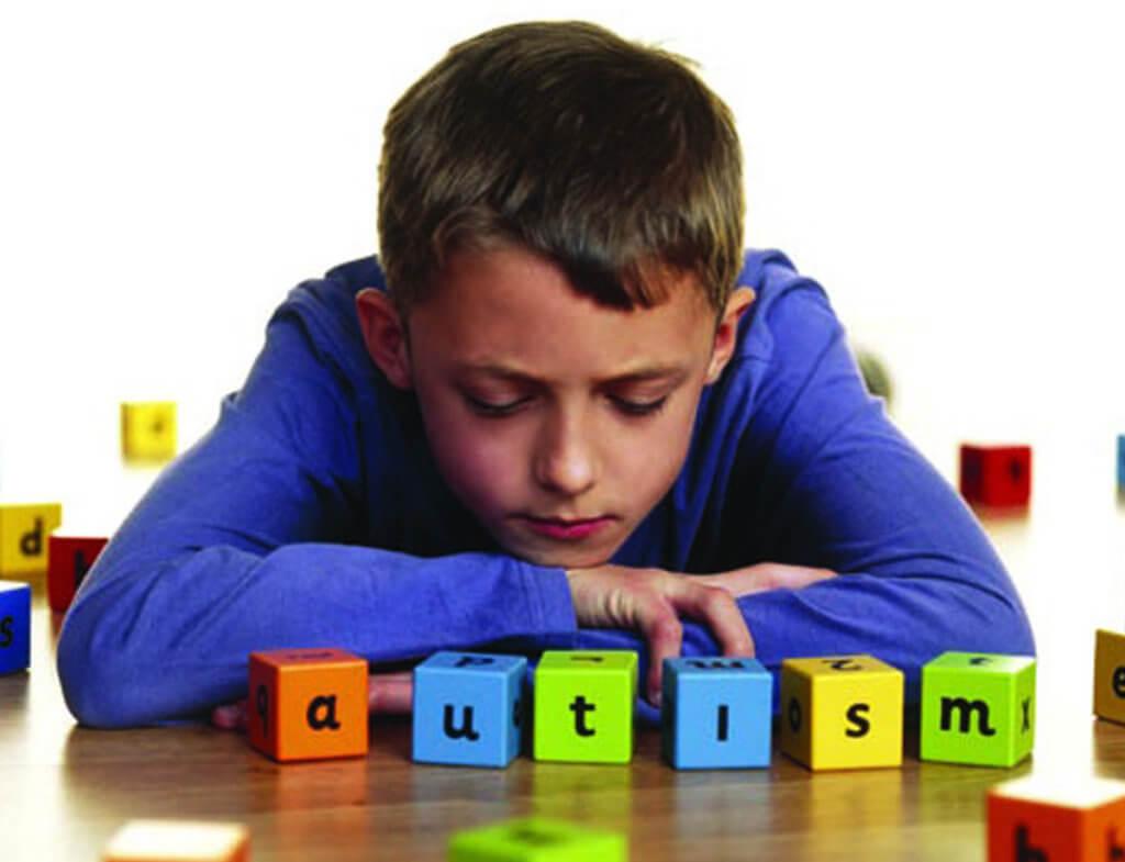 Краматорск нуждается в реабилитационном Центре для детей-аутистов – родители написали петицию. краматорськ, детей-аутистов, инвалидность, петиция, реабилитационный центр, indoor, person, boy, computer. A man sitting on a table