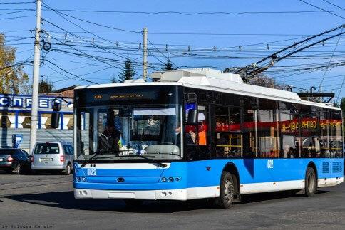 110 одиниць громадського транспорту Вінниці облаштовані низькою підлогою для зручності користування людьми на візках. вінниця, доступність, пандус, інвалід, інвалідність, outdoor, road, sky, blue, bus, transport, land vehicle, vehicle, street. A blue and white bus driving down a street