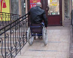 Як вільно пересуватися містом людям у інвалідному візку? (ВІДЕО). переяслав, пандус, пересування, інвалідний візок, інвалідність, outdoor, wheel, sidewalk, wheelchair, land vehicle, street, bicycle wheel, city, bicycle, vehicle. A person riding a bicycle on a city street