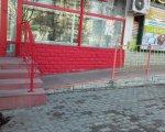 ФОТОФАКТ! Пандус в никуда. сумы, инвалидная коляска, крыльцо, магазин, пандус, ground, outdoor, red, playground. A close up of a red building
