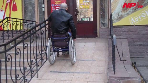 Як вільно пересуватися містом людям у інвалідному візку? (ВІДЕО) ПЕРЕЯСЛАВ ПАНДУС ПЕРЕСУВАННЯ ІНВАЛІДНИЙ ВІЗОК ІНВАЛІДНІСТЬ