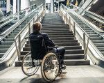 10 головних ознак доступності будинків. вади зору, доступність, пандус, інвалідний візок, інвалідність, outdoor, person, bicycle, building, bicycle wheel, wheel, wheelchair, step, stair, walkway. A person sitting on a bench in front of a building