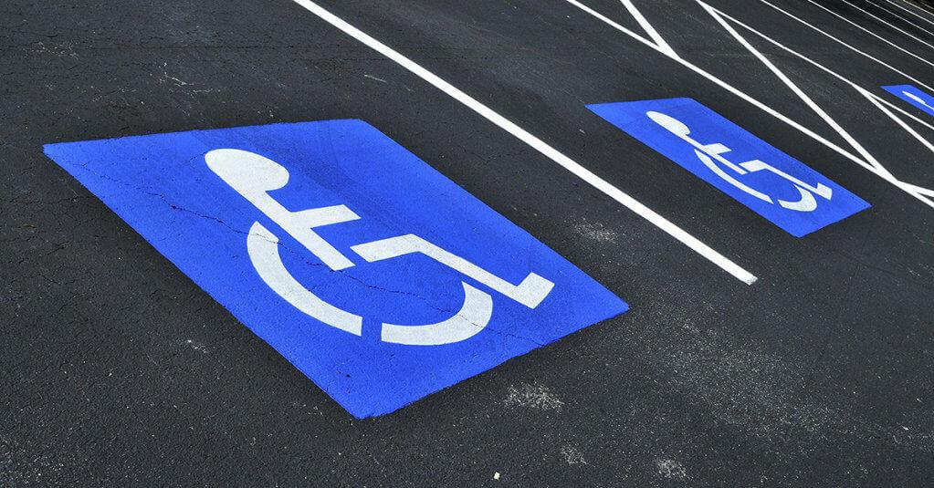 Ухвалено законопроект, який впорядковує правила паркування для людей з особливими потребами. законопроект, особливими потребами, паркування, інвалід, інвалідність, road, outdoor, sign, electric blue. A sign on the side of a road