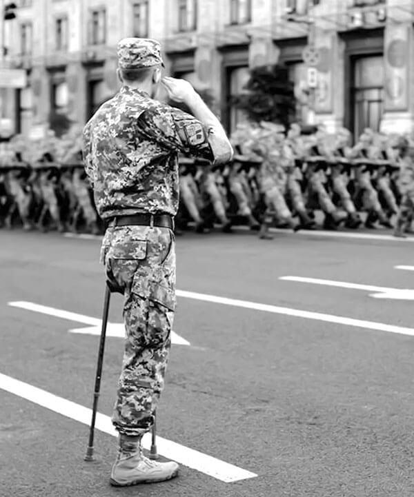 Збройні Сили своїх не кидають. військовослужбовець, каліцтво, обмеженими фізичними можливостями, поранення, інвалід, road, outdoor, clothing, person, army, footwear, street, military, man, black and white. A man walking down the street