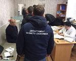 На Луганщині поліція затримала на хабарі керівника міжрайонної медкомісії (ФОТО). луганщина, медик, хабар, інвалід, інвалідність, person, indoor, clothing, man, table, computer, working. A group of people sitting at a table using a laptop