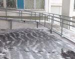 Як змусити владу і бізнес встановити пандус. 5 кроків. мсек, електричний підйомник, пандус, інвалід, інвалідність, snow, outdoor, building, concrete, stairs, composite material. A building covered in snow