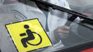 """Облрадам надали право залишати у власності осіб з інвалідністю """"гуманітарні"""" автівки. автівка, власність, гуманітарна допомога, законодавство, інвалідність"""