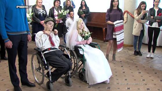 Одруження незламних: у Рівному побралась особлива пара (ВІДЕО)