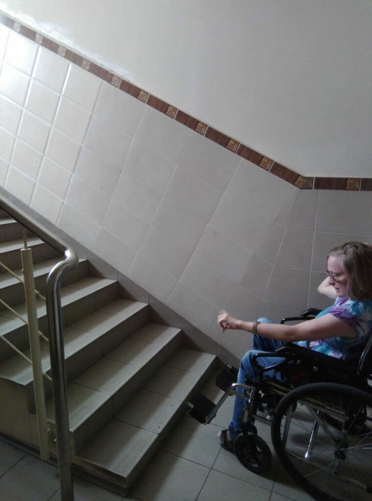 Як столичні чиновники знущаються над людьми з інвалідністю. київ, центр профреабілітації, доступність, ярмарок вакансій, інвалідність, wall, indoor, floor, person, bicycle, step. A person sitting in a room