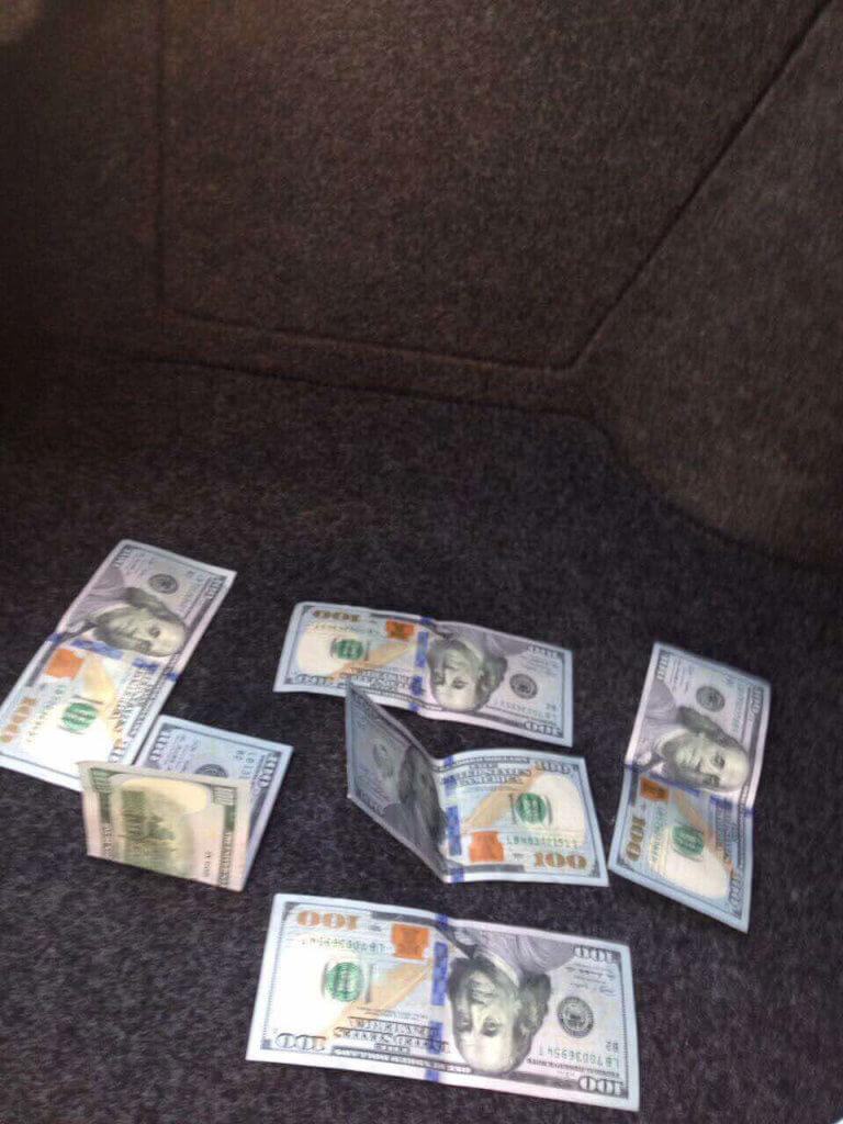 У Очакові правоохоронцями затримано лікаря-психіатра з хабарем у 600 доларів США (ФОТО). очаків, лікар-психіатр, неправомірна вигода, хабар, інвалідність, book, floor, newspaper, items. A bunch of items that are on a table