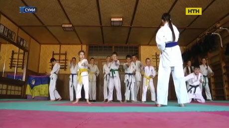 Унікальну секцію для діток, хворих на ДЦП, створив тренер у Сумах (ВІДЕО). дцп, суми, паралімпиєць, спортсмен-каратист, інвалід, martial arts uniform, indoor, japanese martial arts, martial arts, sport, court, karate, black belt, player, kung fu. A group of people on a court