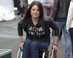 Юлія Ресенчук: «Я хочу сказати людям із інвалідністю, що не треба нічого боятися». юлія ресенчук, рівні можливості, соціальне життя, інвалід, інвалідність, person, road, outdoor, clothing, smile, jeans, girl, human face, shorts, woman. A woman sitting on a bench