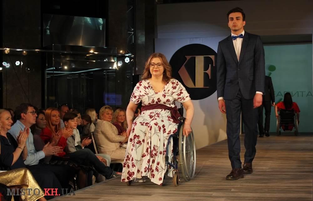 В Харькове прошел показ мод: Модные вещи на себя примерили женщины на инвалидных колясках (ФОТО)