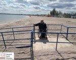Комиссия проверила готовность пляжей для людей с ограниченными возможностями (ФОТО). одесса, инвалид, ограниченными возможностями, отдых, пляж, outdoor, sky, ground, water, beach, person, clothing, shore, man, lake. A man standing on a beach in front of a fence
